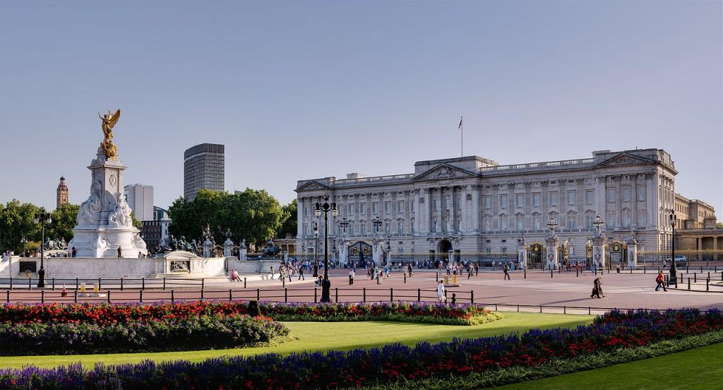 pixar disney cars carisation londres buckingam palace
