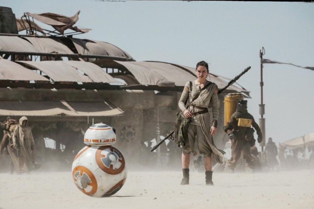 Rey et BB-8 sur Jakku