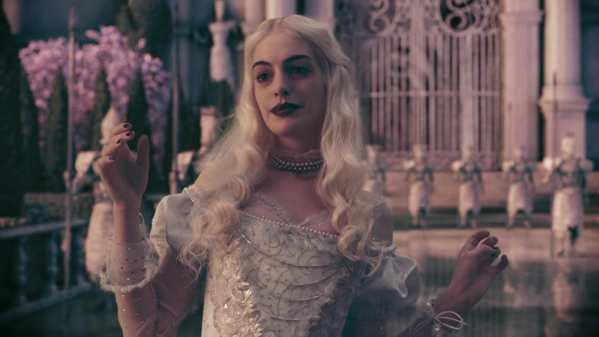 La reine blanche mirana personnage dans alice au pays for De l autre cote du miroir