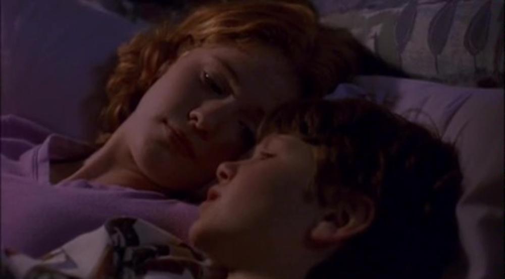 Image regarde pas sous lit look under bed disney channel